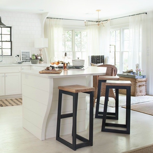 Sherry Hart's gorgeous white kitchen in Atlanta. #whitekitchen #blackandwhitekitchen #kitchendesign