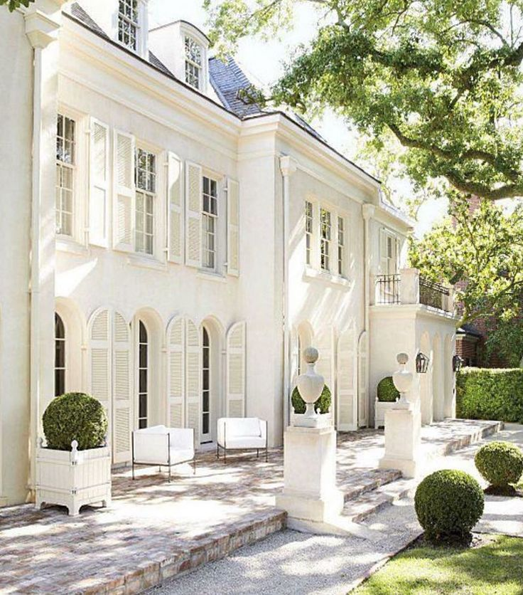 Pamela Pierce's stunning white Italianate Houston home exterior in Veranda magazine. Charming inspiration if you love white painted house exteriors! #whitehouses #housedesign #exteriors #pamelapierce #italianate #frenchcountryhome #houstonhome
