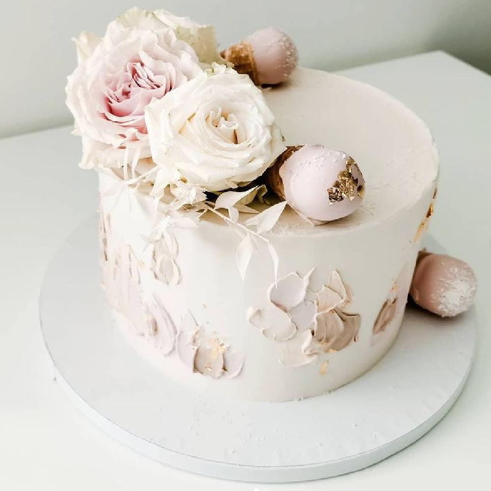 Gorgeous pale blush pink decorated layer cake with roses - @sweetinkbynatasa #rosecakes #cakedecorating #blushpink