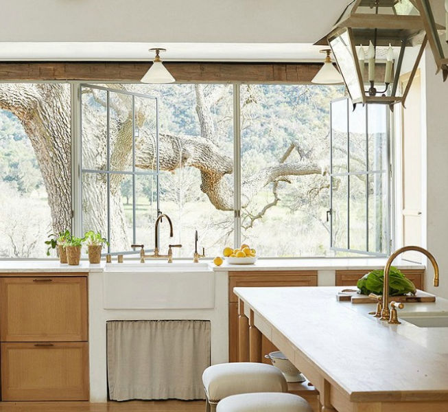 Patina Farm kitchen by Giannetti Home and Brooke Giannetti - OKL. #patinafarm #frenchfarmhouse #farmhousekitchen #whiteoakcabinets #farmsink #lanternpendant #brookegiannetti