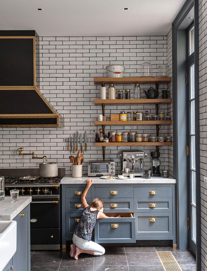 Amazing grey blue pained Shaker cabinets in a NY townhouse kitchen with open shelves, subway tile, brass hardware, and black Lacanche range. Ali Cayne of Haven Kitchen. #graykitchen #greyblue #kitchendesign #openshelves #lacanche #subwaytile #graycabinets #brasshardware