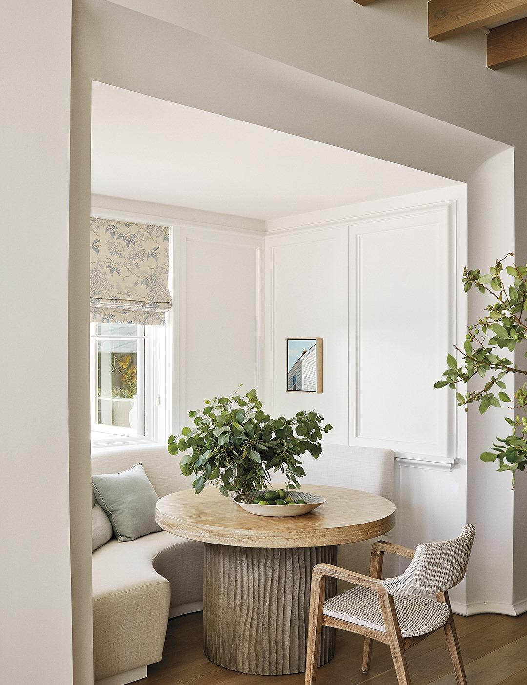 Exquisitely designed breakfast nook by Suzanne Kasler (architecture by Pursley Dixon) in MILIEU magazine's spring 2021 issue. #breakfastnook #interiordesign #suzannekasler