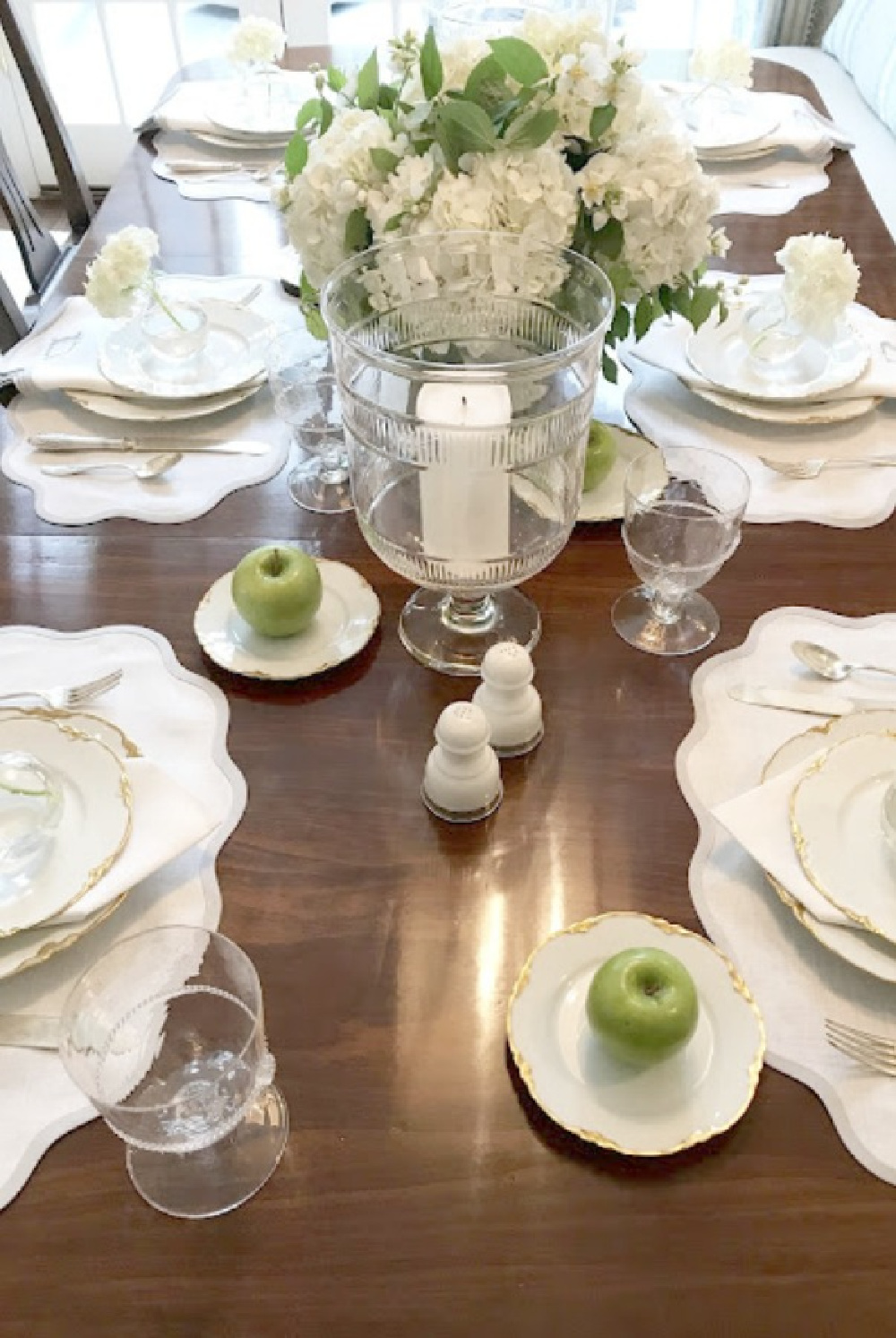 Elegant tablescape in a dining space by Lauren deLoach for the 2017 Southeastern Designer Showhouse in Atlanta. #tablescape #traditionalstyle #interiordesign