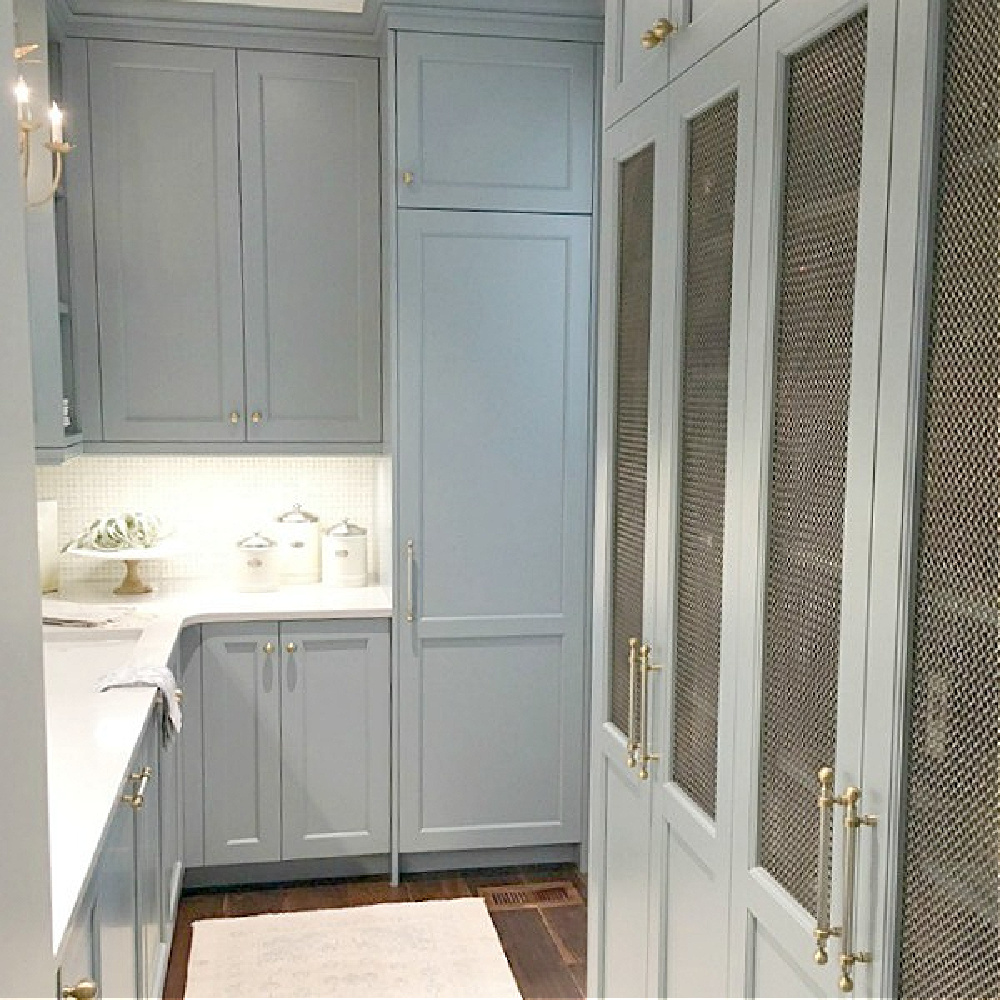 Blue butler pantry cabinets with brass hardware in Atlanta Southeastern Designer Showhouse 2017. #butlerpantry #kitchendesign #bluekitchens #traditionalstyle
