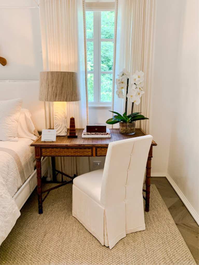 Stunning traditional style white bedroom designed by Phoebe Howard. COME FIND 3 Neutral Paint Color Ideas from Southeastern Designer Showhouse 2020! #bedroomdesign #phoebehoward #interiordesign #benjaminmooreseapearl #traditionalstyle