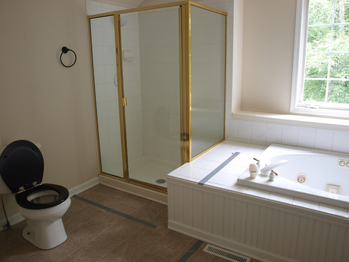 before pic of Hello Lovely's bathroom renovation