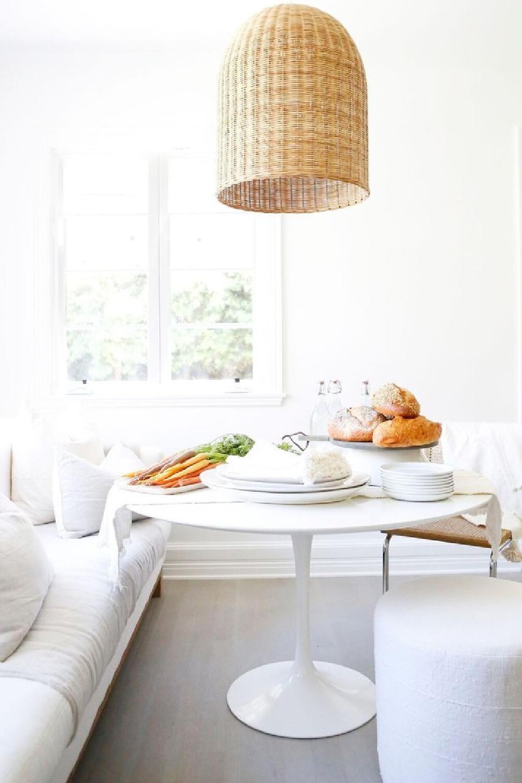 Come explore California Modern Farmhouse Style Interior Design Inspiration like this charming kitchen (Erin Fetherston) with midcentury and white elements! #modernfarmhouse #interiordesign #breakfastnook #kitchens #erinfetherston #midcenturymodern #californiastyle