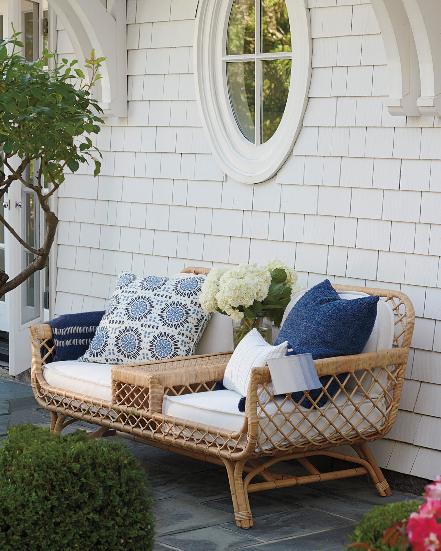Serena & Lily Campania pillow cover on gorgeous outdoor seating at a coastal home. #serenaandlily #coastalstyle #homedecor #outdoordecor #pillows