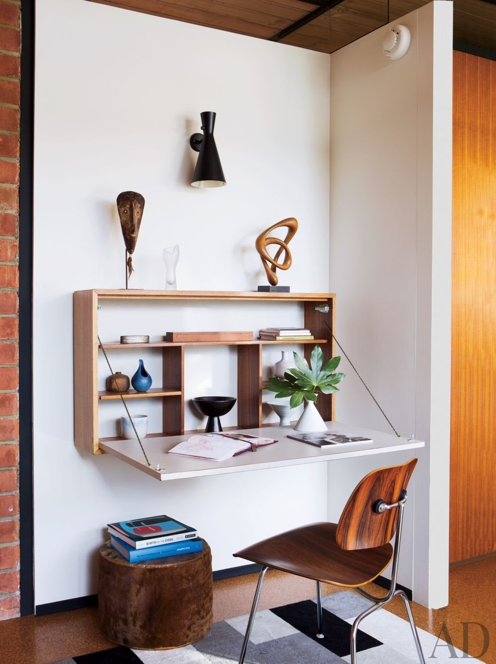 Beautiful minimal home office with Ellwood-Lomax drop front desk. #homeoffice #interiordesign #dropfront #desks