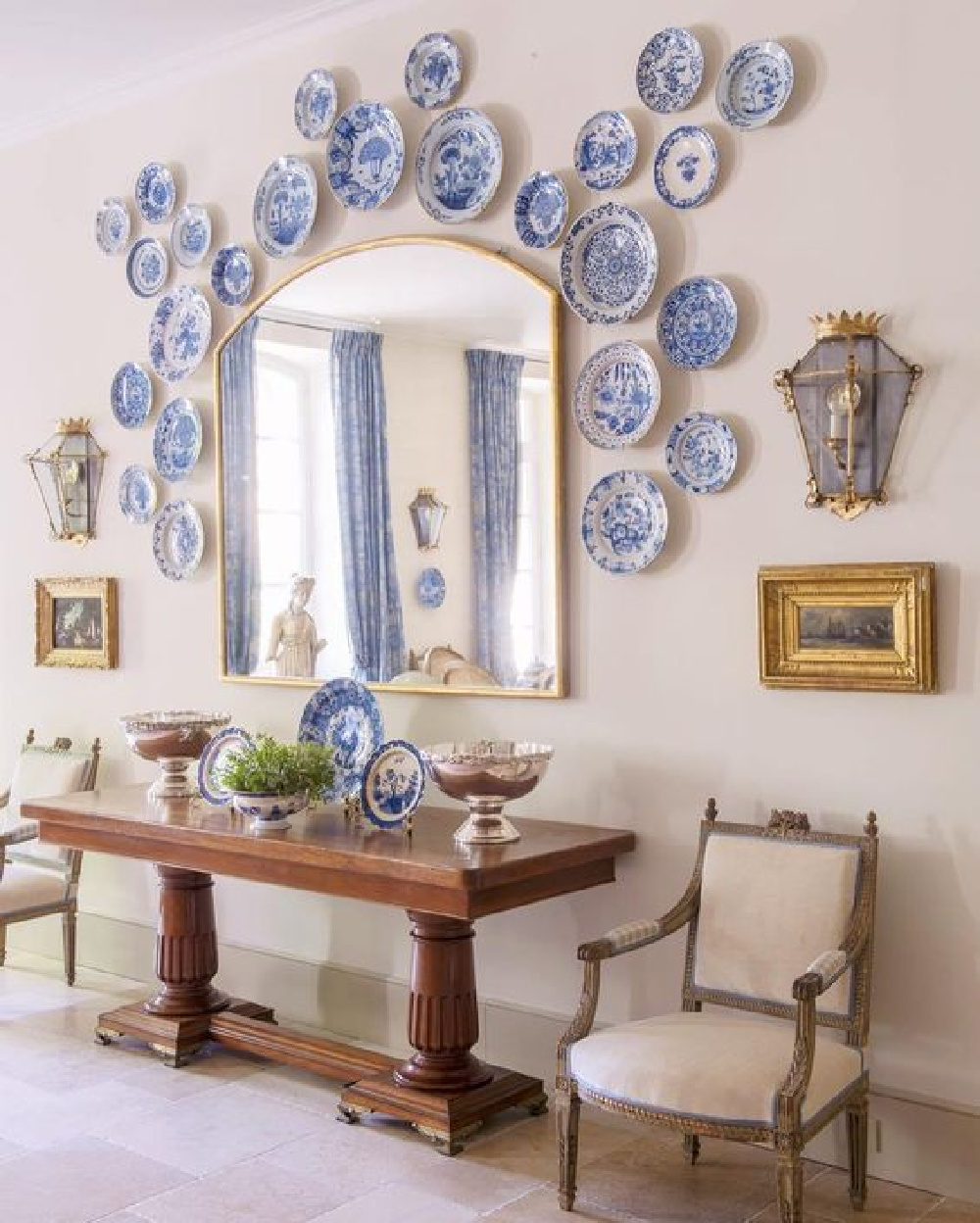 Traditional French country dining roomy in an exquisite Provence farmhouse (Le Mas des Poiriers).