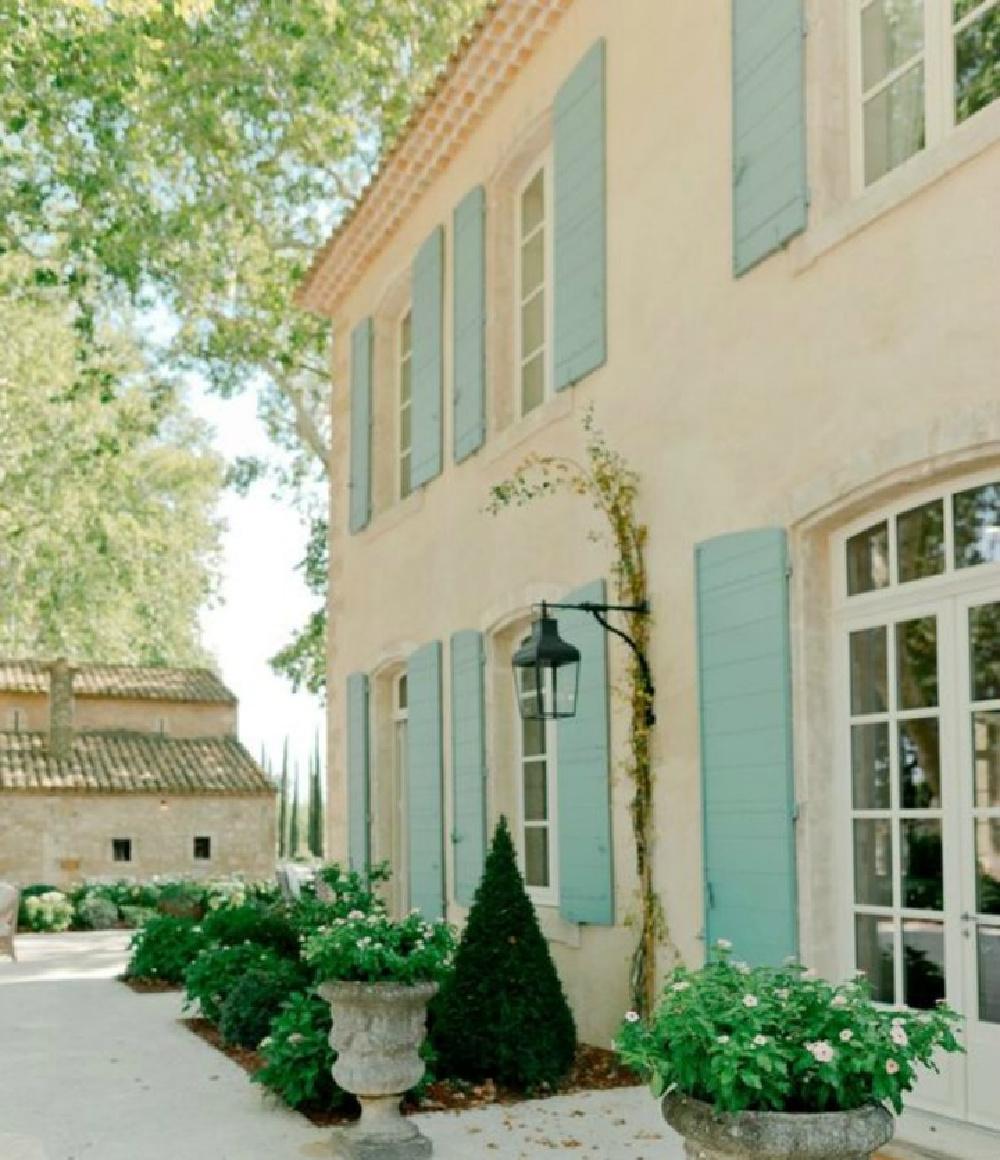 Le Mas des Poiriers house exterior in Provence, France.
