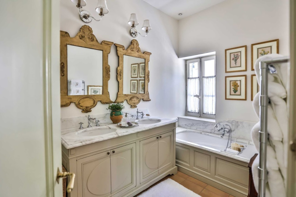 Traditional French country bathroom in a Provence farmhouse (Le Mas des Poiriers).