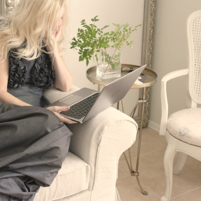 Michele of Hello Lovely using an HP Elitebook.