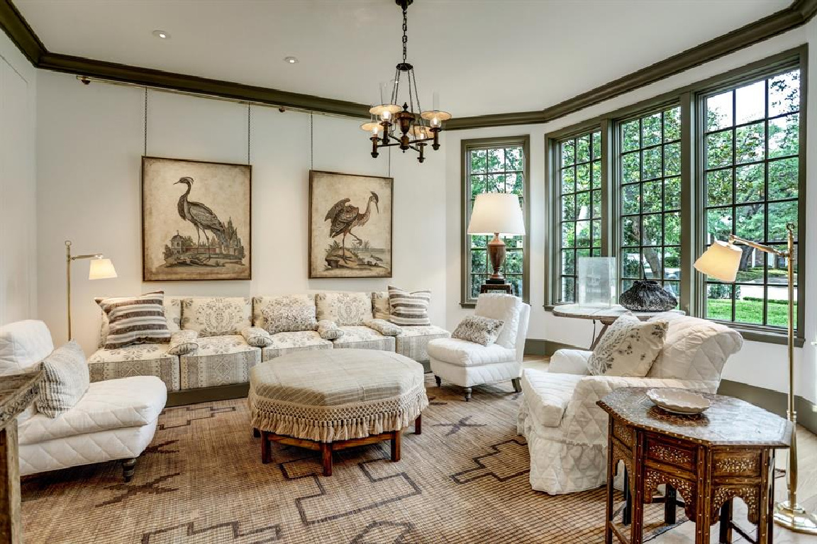 Living room design by Pamela Pierce in MILIEU Showhouse 2020 - featuring exceptional designers including Darryl Carter, Kathryn Ireland, Pamela Pierce, Shannon Bowers, and more. #milieushowhouse #interiordesign #designershowhouse #luxuryhome #edwinlutyens #livingroom #pamelapierce
