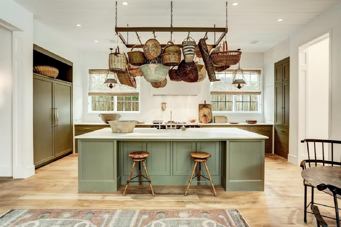 Kitchen designed by Shannon Bowers in MILIEU Showhouse 2020 - featuring exceptional designers including Darryl Carter, Kathryn Ireland, Pamela Pierce, Shannon Bowers, and more. #milieushowhouse #interiordesign #designershowhouse #luxuryhome #edwinlutyens #houstonhome #kitchendesign