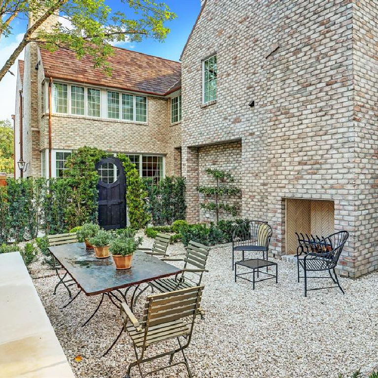 Backyard garden in MILIEU Showhouse 2020 - featuring exceptional designers including Darryl Carter, Kathryn Ireland, Pamela Pierce, Shannon Bowers, and more. #milieushowhouse #interiordesign #designershowhouse #luxuryhome #edwinlutyens #houstonhome #garden