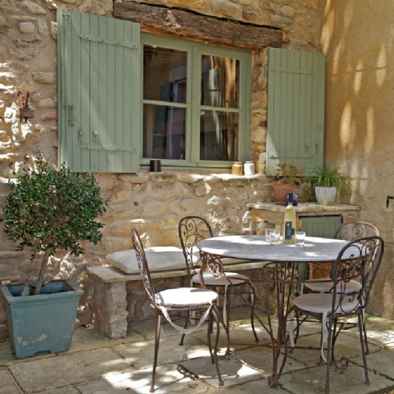 Charming outdoor dining at Bonnieux Villa in Provence. #provencestyle #frenchfarmhouse #luxuryvilla #havenin #outdoordining