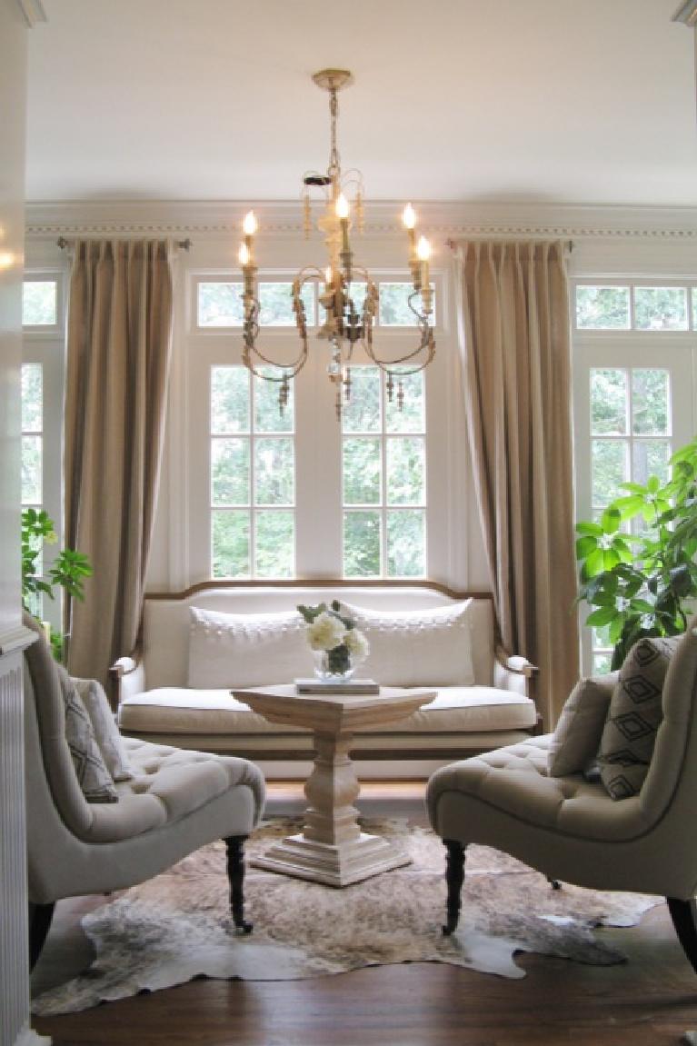 Living room painted Benjamin Moore China White - Decorpad. #benjaminmoorechinawhite #paintcolors #interiordesign #livingroom