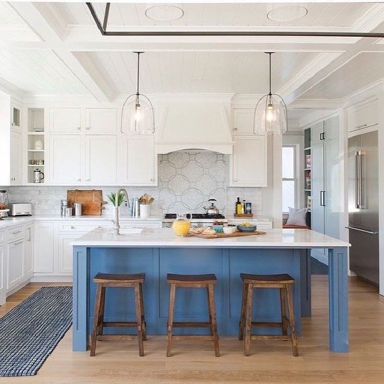 Decorators White (Benjamin Moore in a beautiful kitchen with blue island - This Old House. #decoratorswhite #benjaminmooredecoratorswhite #bestwhites #paintcolors