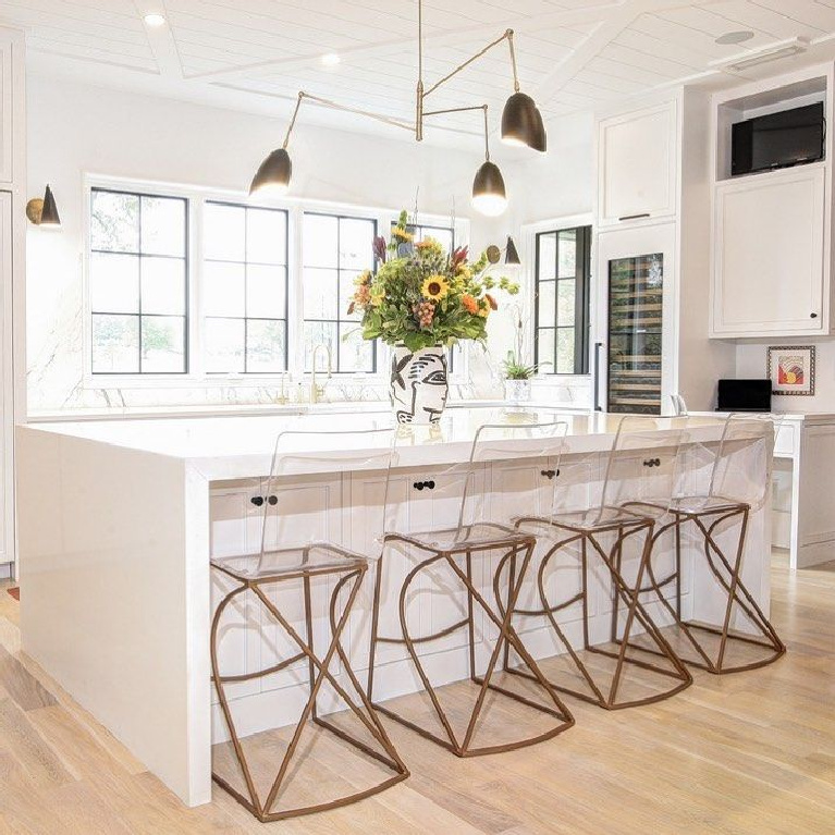 Decorators White (Benjamin Moore) painted walls in a kitchen by Susan Vaughn Designs. #benjaminmooredecoratorswhite #bestwhitepaint #paintcolors #decoratorswhite