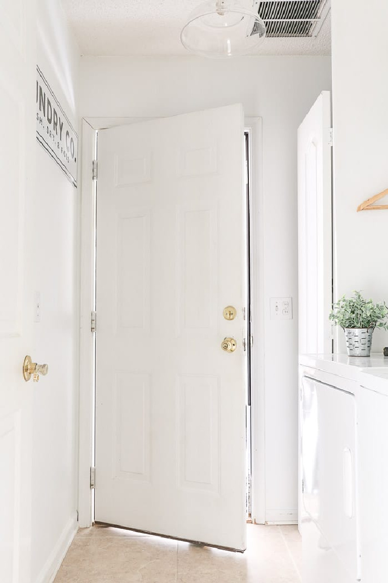 Sherwin Williams Pure White paint color on walls in entry -Life on Summer Hill. #sherwinwilliams #purewhite #paintcolors #bestwhites #whitepaint #interiordesign