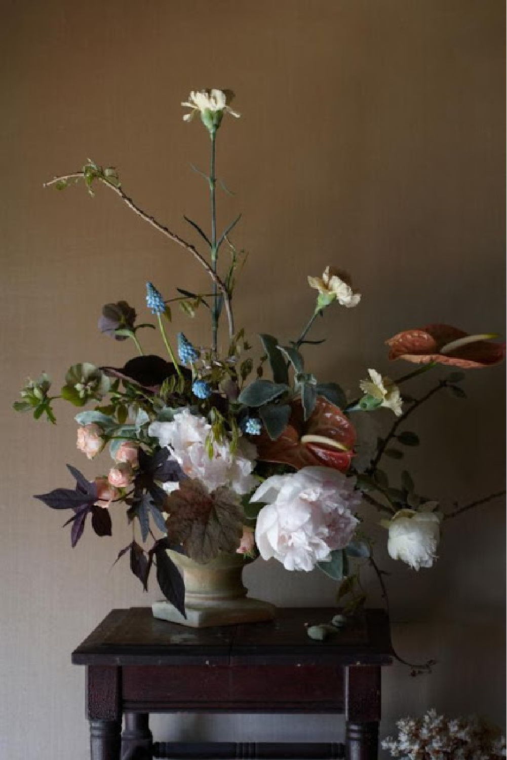 Gorgeous and dramatic fall floral arrangement. #fallflowers #autumnfloral #floralartistry
