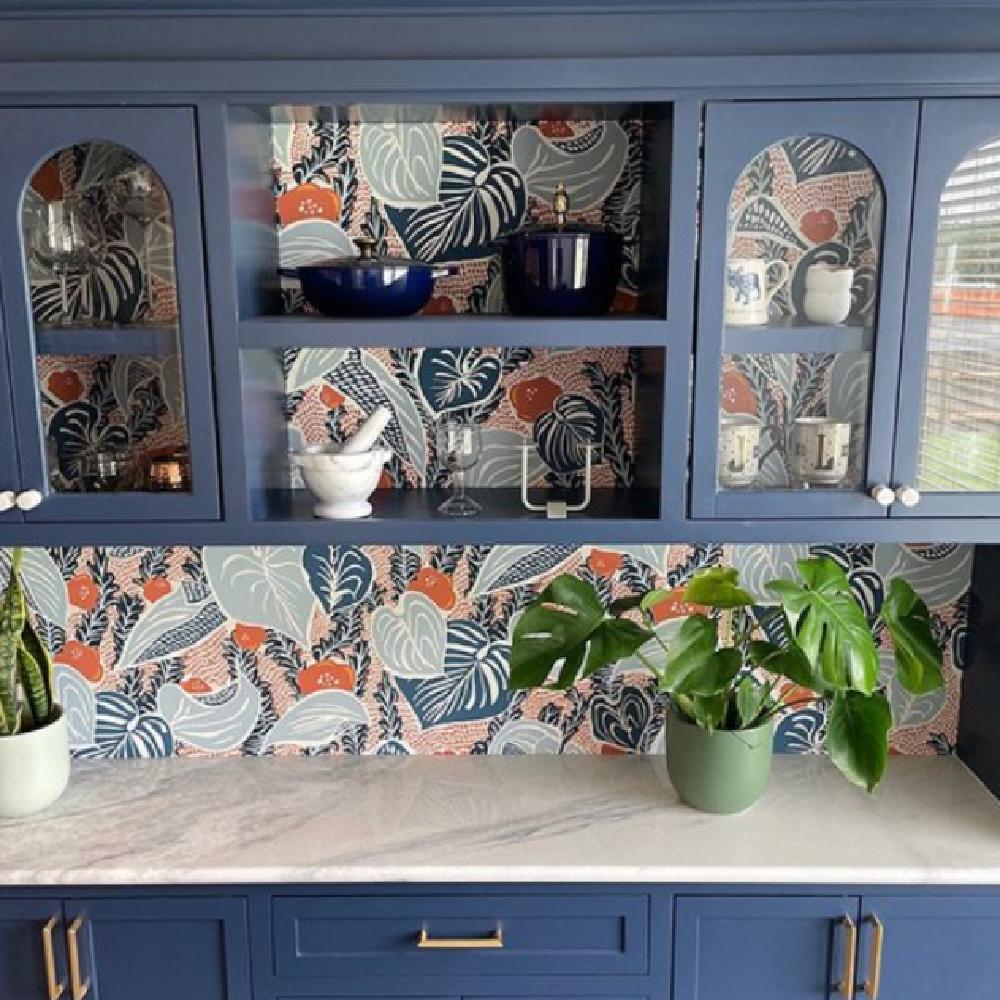Indigo Batik (Sherwin-Williams) blue painted cabinets - @palomaefondesign. #indigobatik #bluepaintcolors