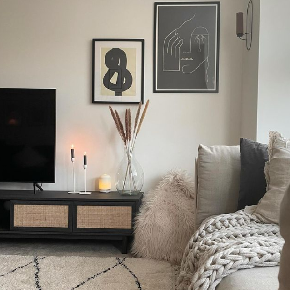 Neutral Scandi living room with cozy texture and black - @journey_to_hygge. #scandilivingroom #blackandwhite #hygge