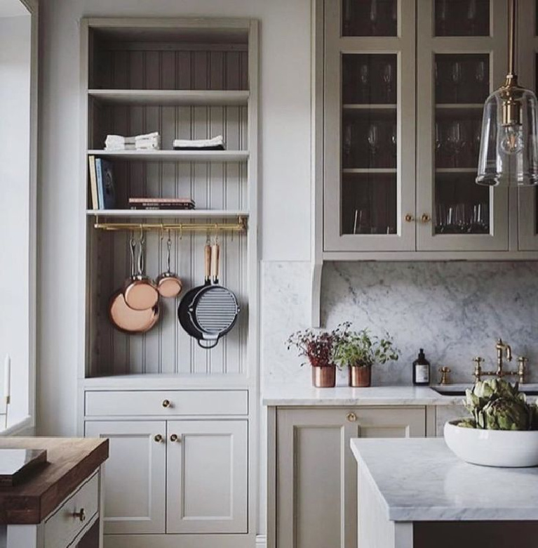 Lovely Shaker style kitchen with putty kitchen cabinets - kitchenandbeyondse. #kitchendesign #putty #kitchencabinets #interiordesign countrykitchens #shakerkitchens