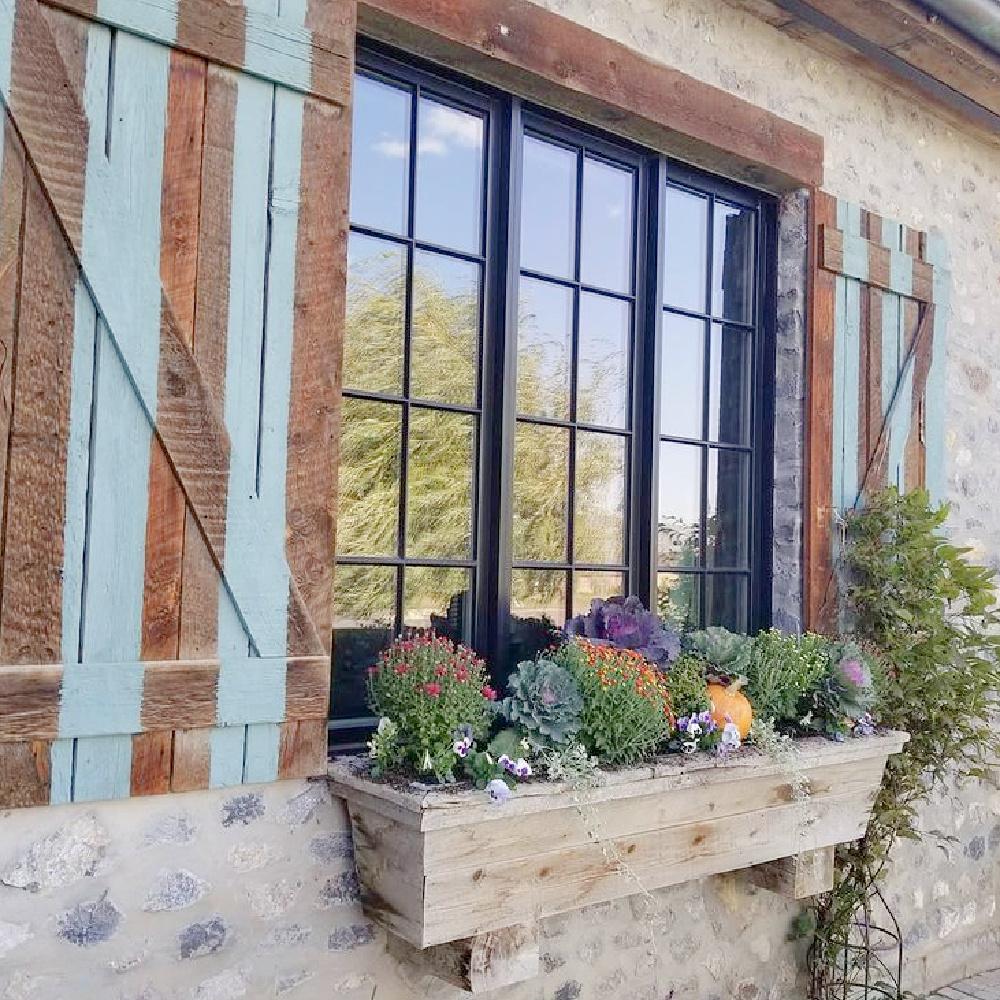 Fall window box with mums, kale, and pumpkin - Dallas Coz (Riverside Landscaping). #fallflorals #windowbox