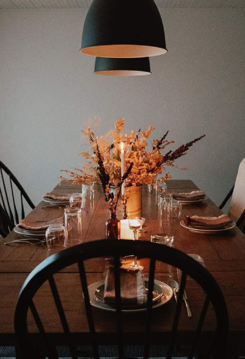 Simple Thanksgiving tablescape with earth tones and black - @houseonhorizon. #thanksgivingtable