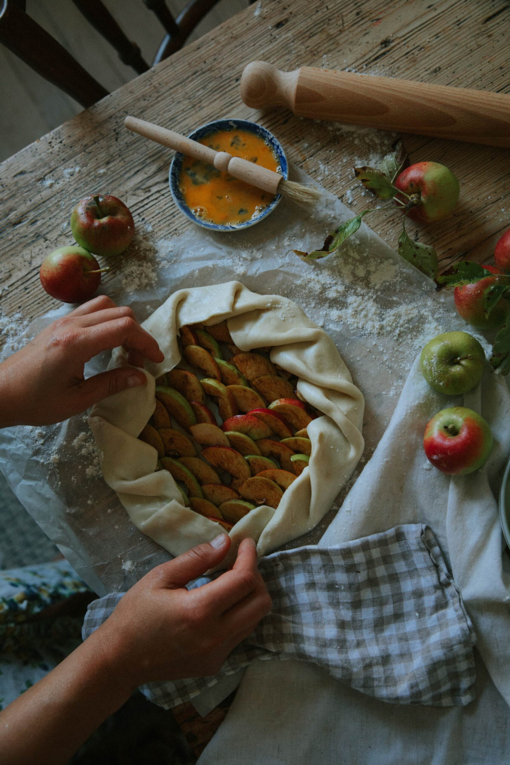 Fall vibes apple galette on a work table - @patriciarodi.