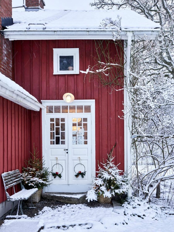 Swedish Christmas decor inspiration from Sara Sjoblom's farmhouse in Sweden in Skona Hem. #christmasdecor #swedishchristmas #swedishfarmhouse #scandinavianchristmas