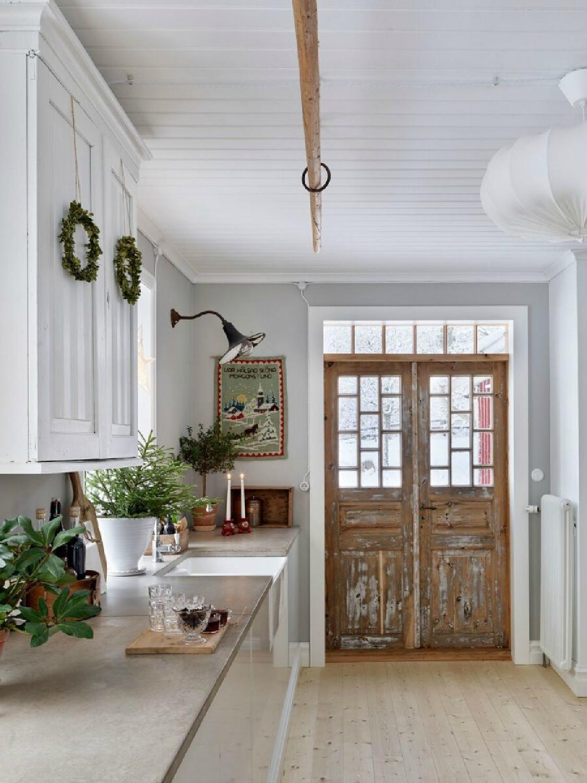 Swedish Christmas decor inspiration in Sara Sjöblom's Swedish farmhouse kitchen - Skona Hem. #swedishchristmas #swedishfarmhouse #swedishkitchen #christmasdecor