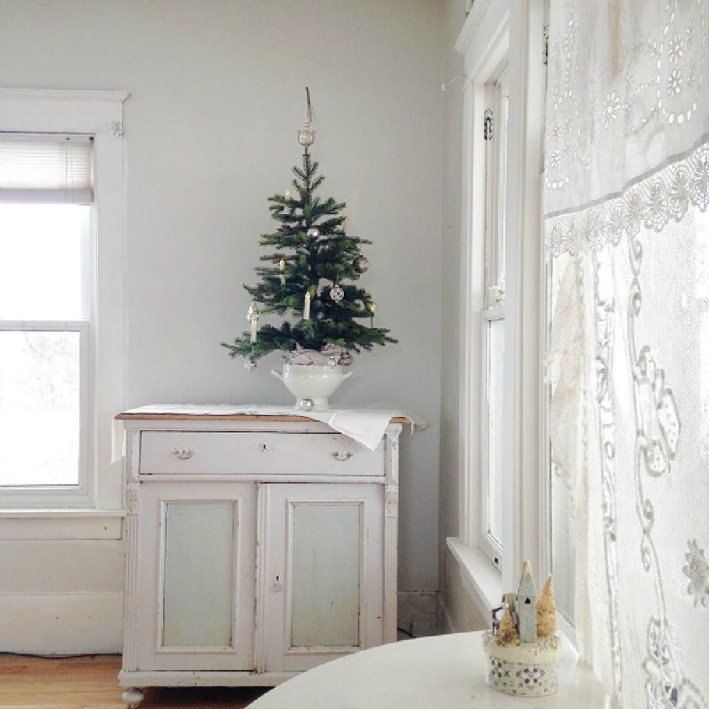 French Nordic Christmas decor inspiration from My Petite Maison. Come discover a Green and White Christmas Decor Scheme: Natural, Neutral and Nurturing. #swedishchristmas #nordicfrench #holidaydecorating #gustavian