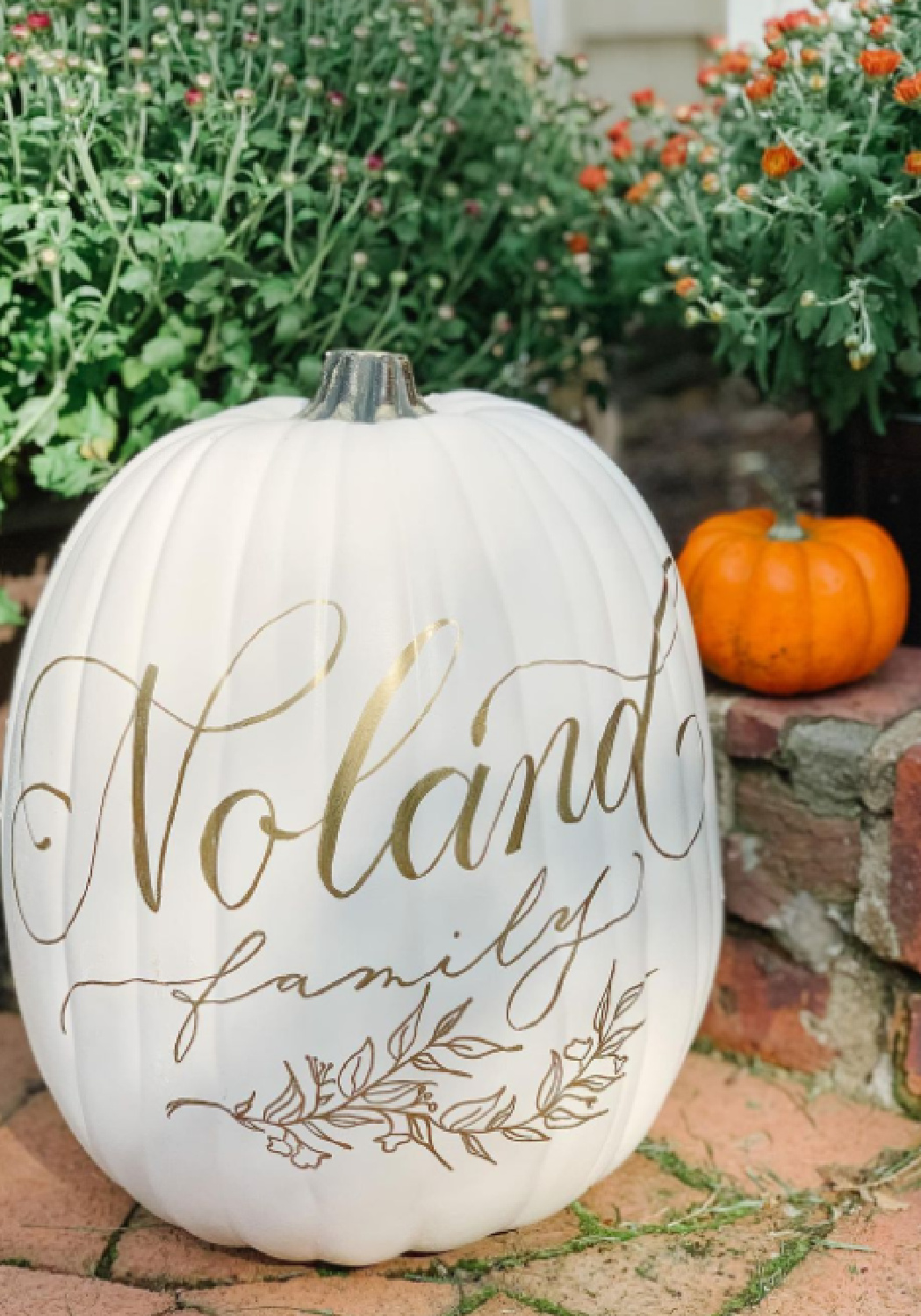White pumpkins with calligraphy handlettering in gold for fall decor - #pennedbyalice. #handlettering #paintedpumpkins