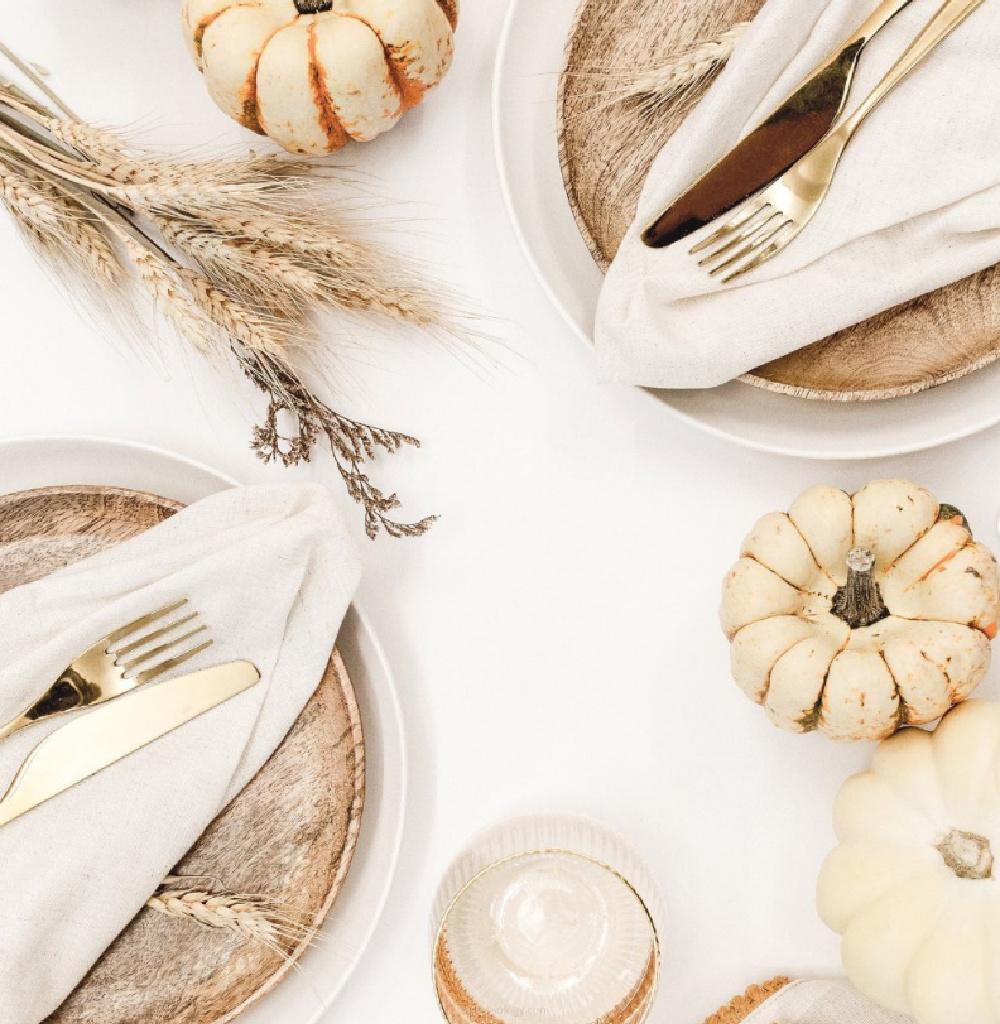 Monochromatic fall tablescape with natural tones and white pumpkins - @hostessology. #allwhitedecor #thanksgivingtable #whitepumpkins
