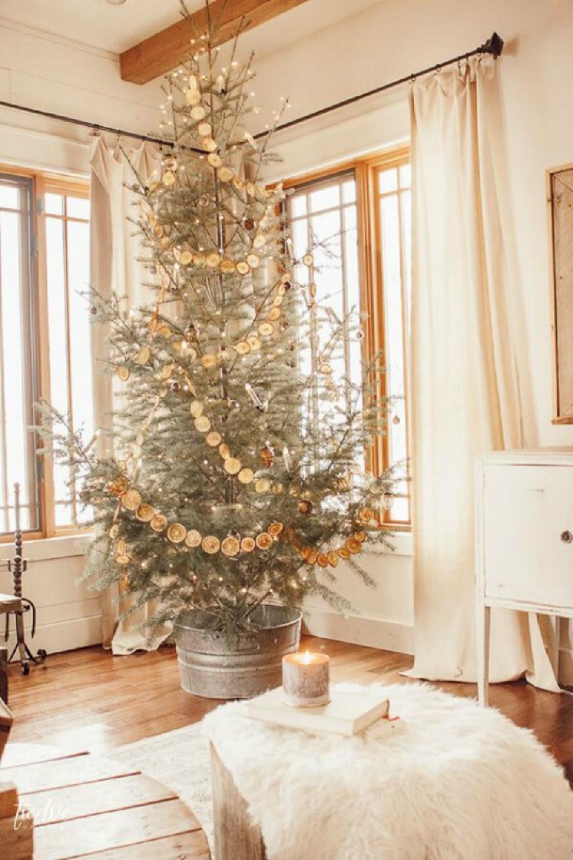 Dried orange garland on Christmas tree is nostalgic, simple, and classic - Twelve on Main. #swedishchristmas #christmastrees #scandichristmas