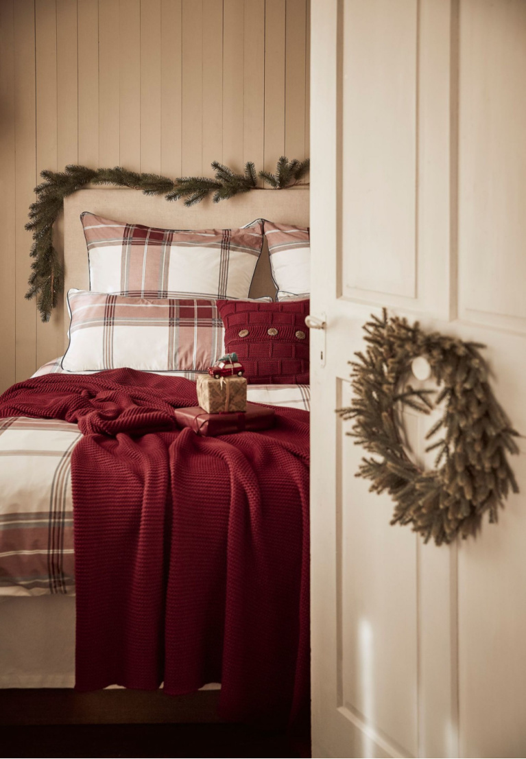 French country bedroom decorated with simple fresh greenery and red plaid - Westwing. #christmasdecor #frenchchristmas #bedrooms #frenchcountry