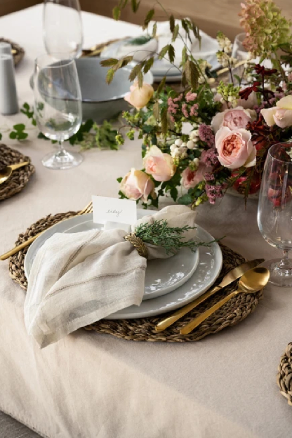 Beautiful natural and romantic holiday place setting and centerpiece - McGee & Co. #holidaytable #christmastable