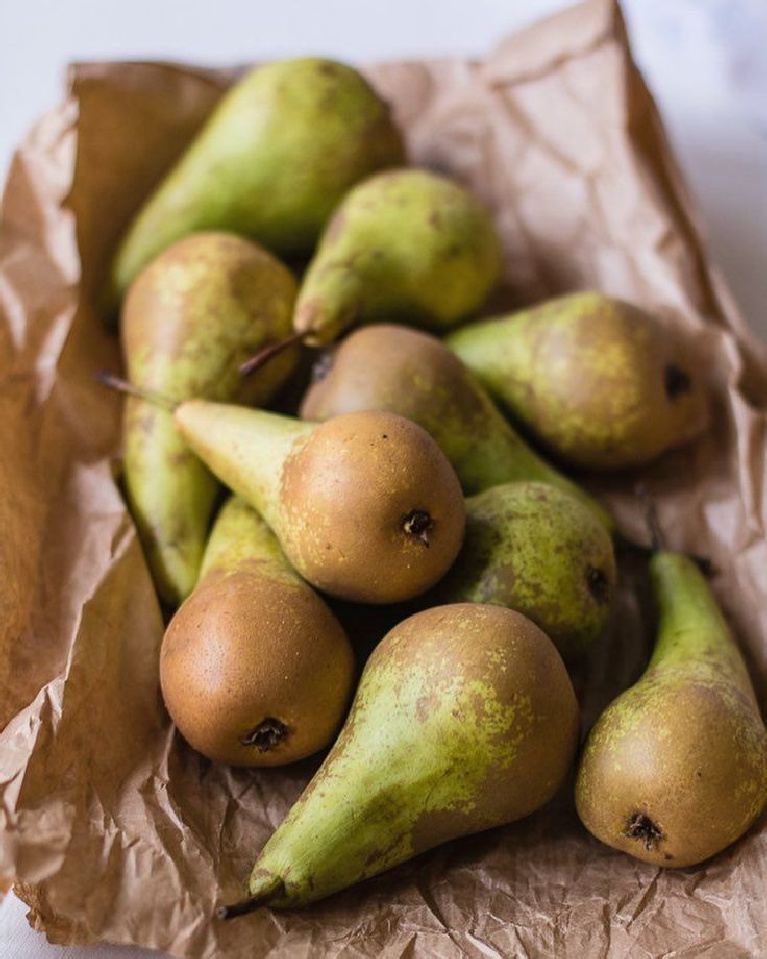 Lovely pears on brown paper in Aquitaine, France - Sarah Silm @chateaumontfort. #pears #autumnvibes #frenchcountry #frenchfarmhouse #stilllife