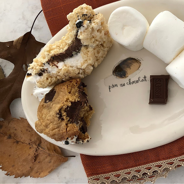 Who needs graham crackers when rice krispy treats and cookies work just fine for s'mores? #hellolovelystudio #gfreesmores #smoreweather #roastedmarshmallows #fallvibes