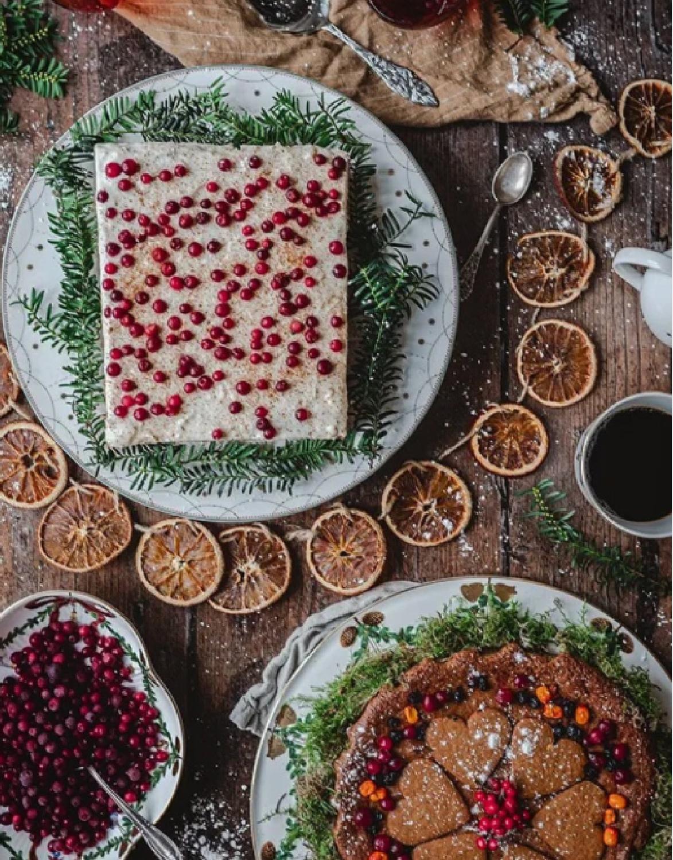 Swedish holiday desserts for Christmas including orange slice garland and a rustic tablescape - Jultiderna #swedishchristmas #scandiholiday