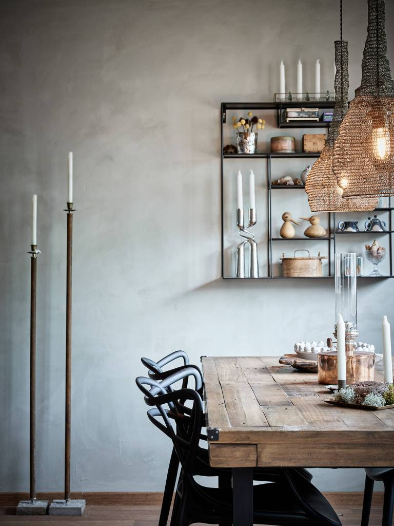 Scandi style minimal modern yet natural dining room with modern chairs and wood table - PlaneteDeco.