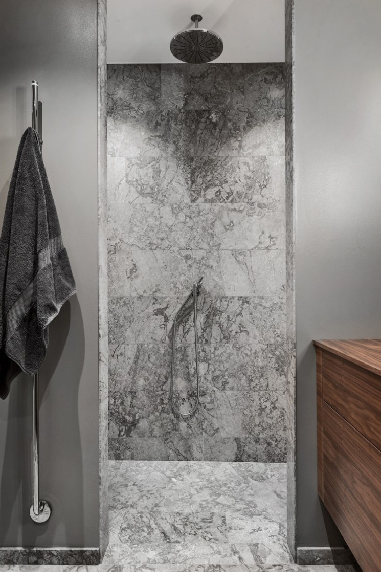 Gorgeous and luxurious minimal zen bathroom with Italian marble tile and soft grey walls - Planetedeco.