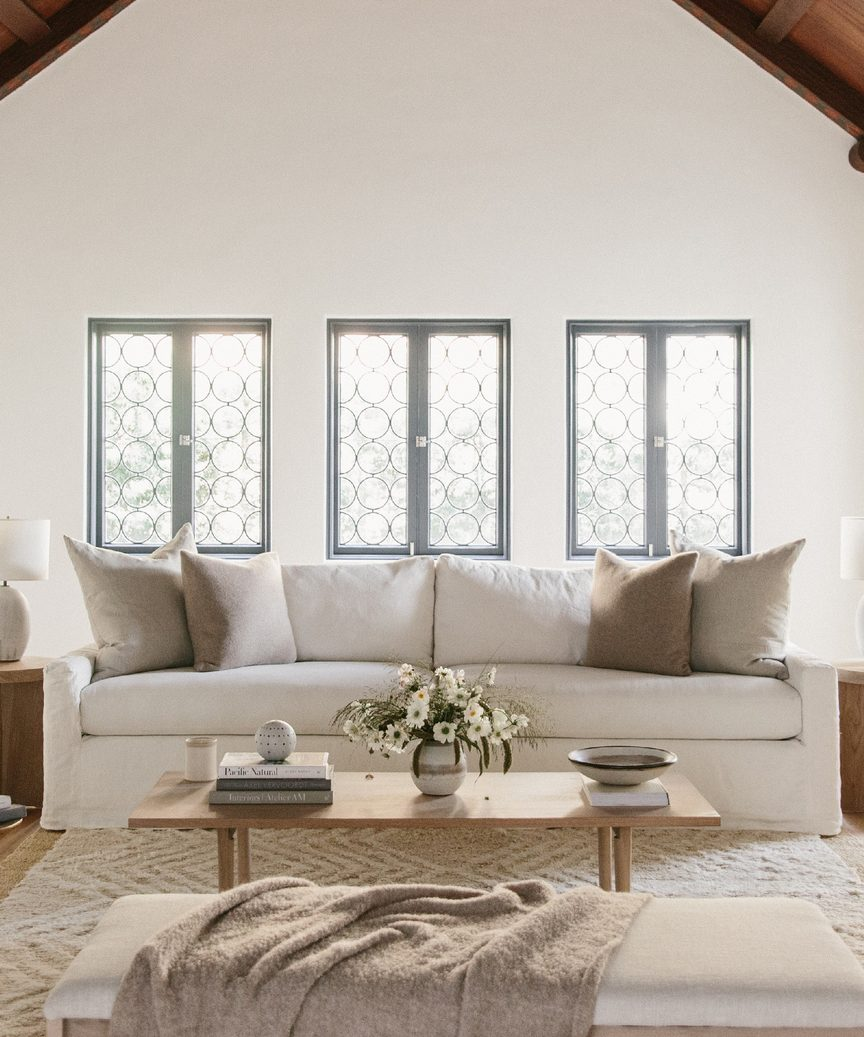 Jenni Kayne modern rustic living room with harbor sofa in ivory linen. #jennikayne #modernrustic #californiastyle #livingroom #warmmodern #warmminimal