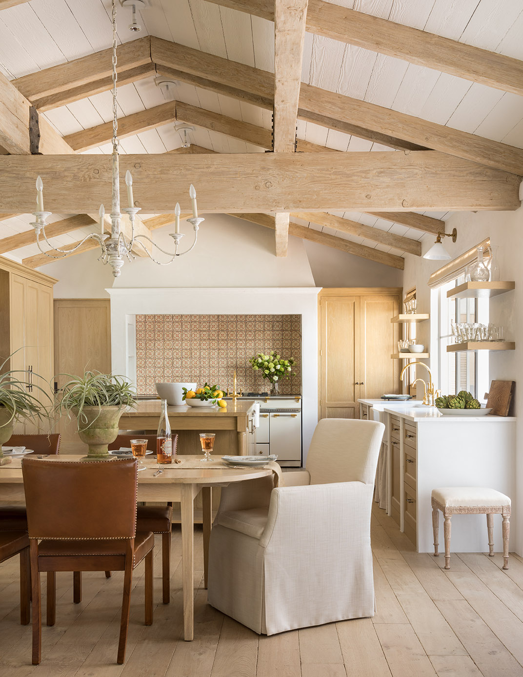 Stunning architecture and European country inspired design in a Malibu kitchen with white oak, limestone, and bespoke details - Giannetti Home. #kitchendesign #europeancountry #frenchfarmhouse #bespokekitchen