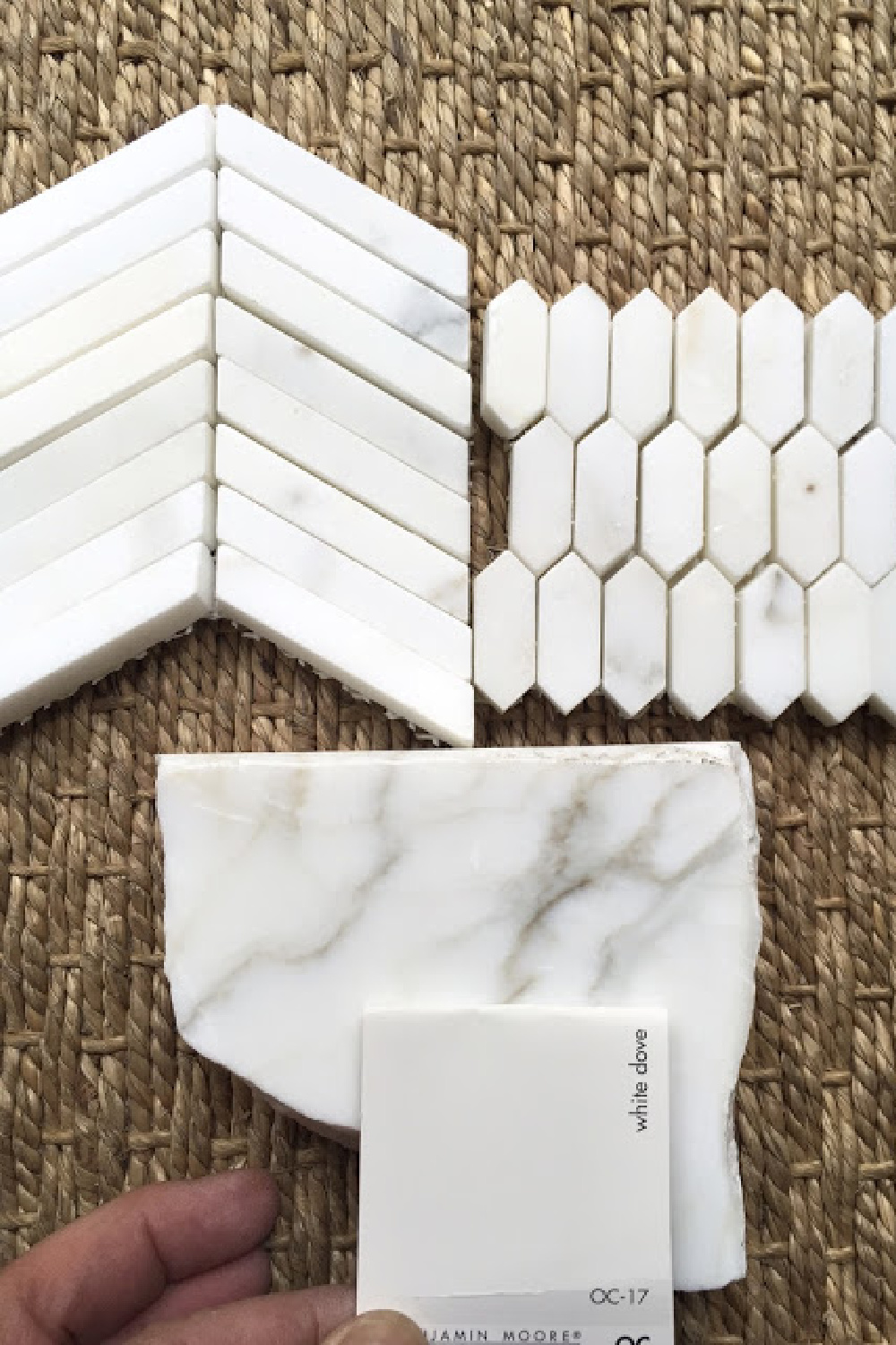 White Dove (Benjamin Moore) paint color swatch paired with calacatta gold marble. #whitedove #whitepaintcolors #paintcolors #benjaminmoore