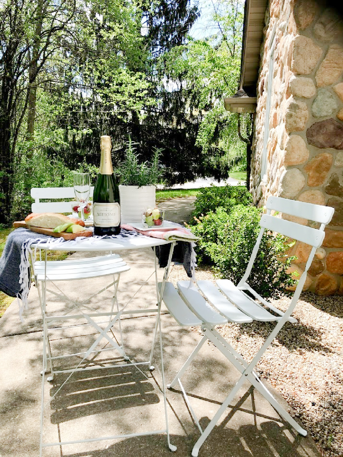 French picnic with jarcuterie, champagne, and baguettes? Yes, please! Hello Lovely. #frenchpicnic #bistroset #jarcuterie