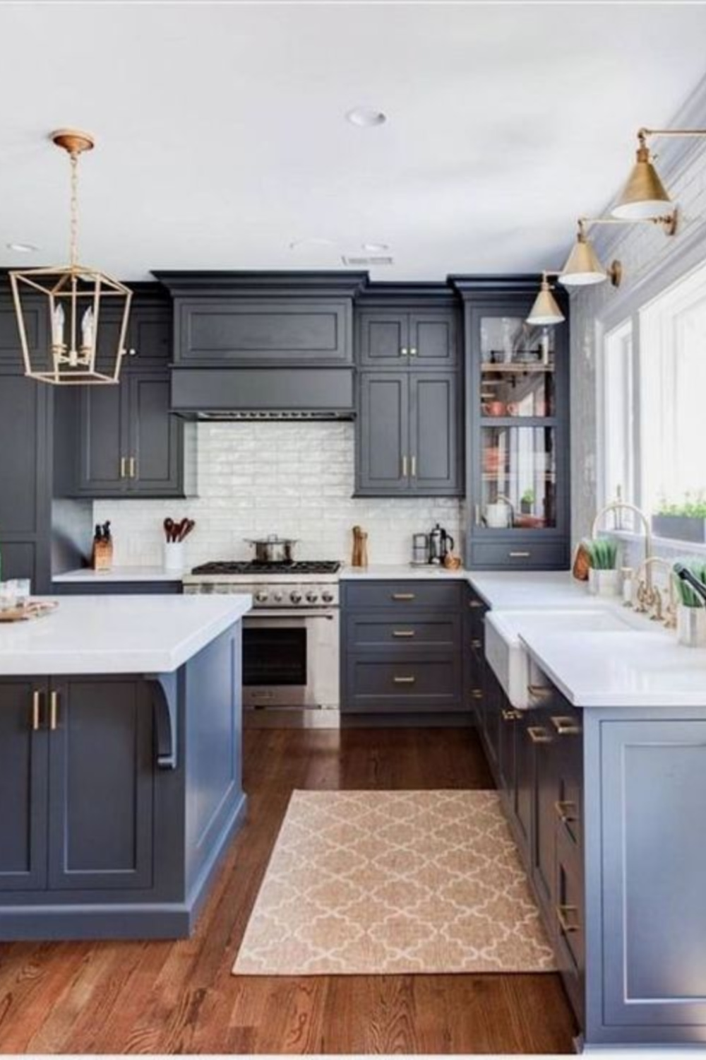 Navy blue kitchen cabinets, white counters, and brass hardware in a traditional classic design - Stonington Cabinetry. #bluekitchens #kitchendesign #blueandwhitekitchen